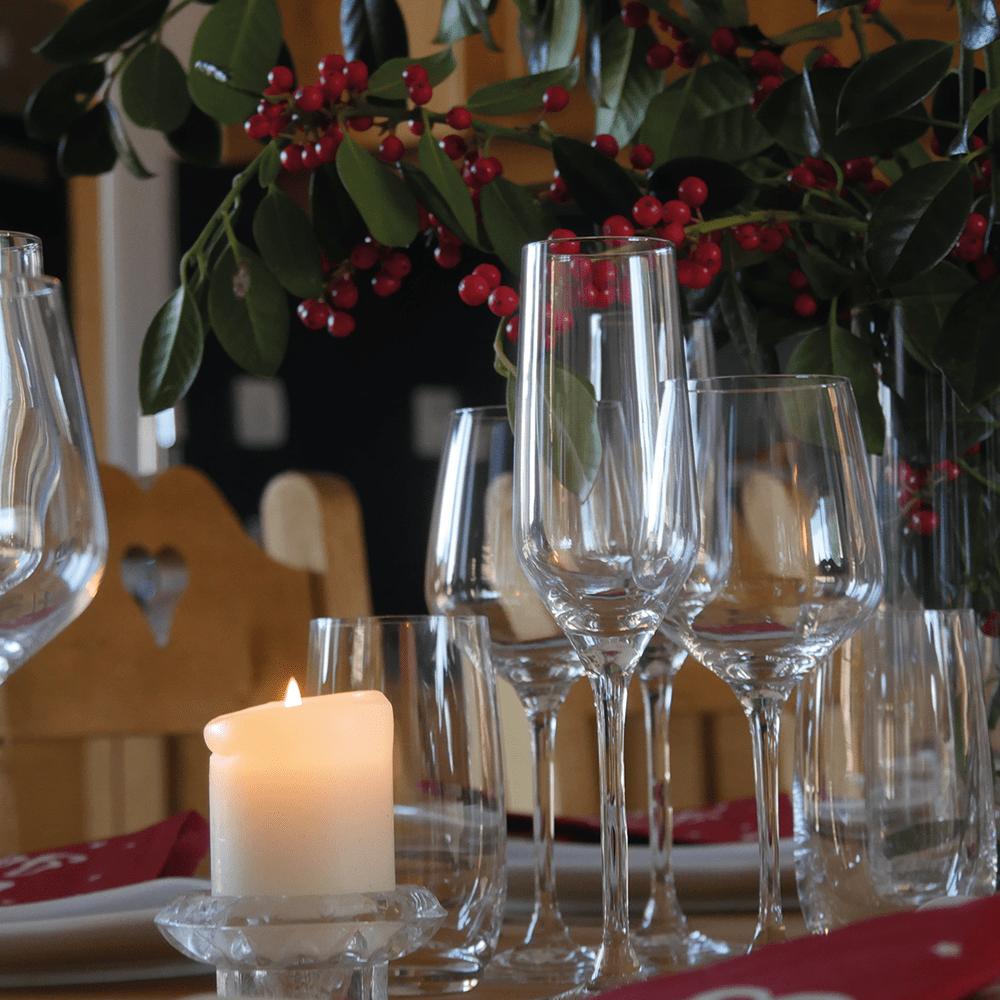 Gîte Baie de Somme Table à manger verres cristal vaisselle porcelaine
