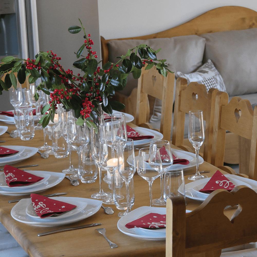 Gîte Baie de Somme Table à manger salon verres cristal vaisselle porcelaine